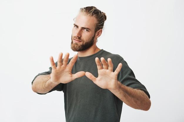 Красивый зрелый парень с бородой, взявшись за руки перед ним. стоп жест Бесплатные Фотографии