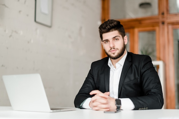 Handsome middle eastern man in suit in the office | Premium Photo