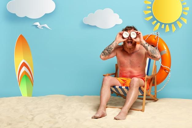 자외선 차단제와 함께 해변에서 포즈 잘 생긴 빨간 머리 무료 사진