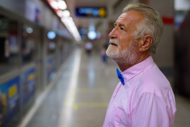 Handsome senior tourist man exploring the city of bangkok, thailandia Premium Photo