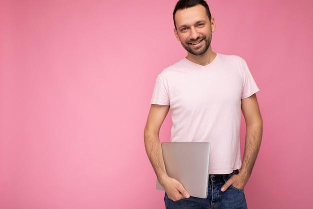 카메라를보고 노트북 컴퓨터를 들고 잘 생긴 웃는 Brunet 남자 프리미엄 사진