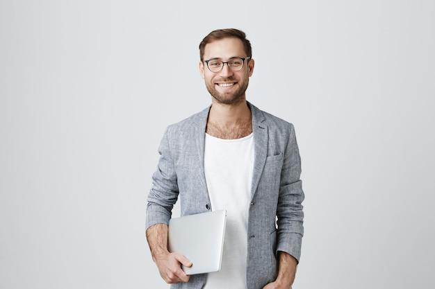 Красивый стильный мужской предприниматель в очках с ноутбуком Бесплатные Фотографии