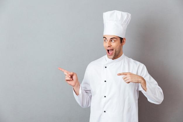 I giovani bei cucinano nell'indicare uniforme. Foto Gratuite