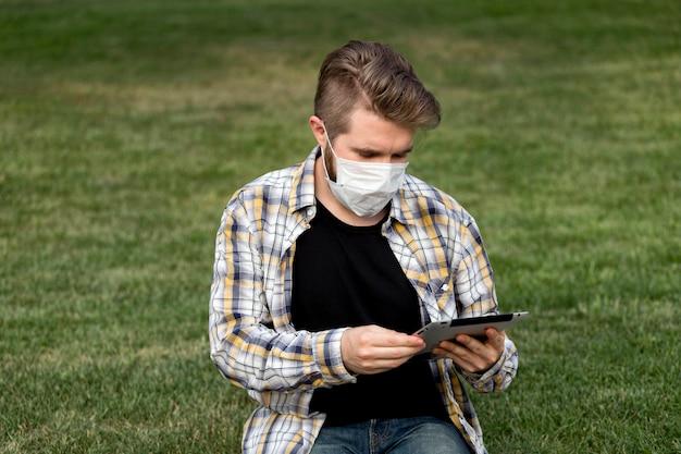 Красивый молодой мужчина просматривает маску для лица Бесплатные Фотографии