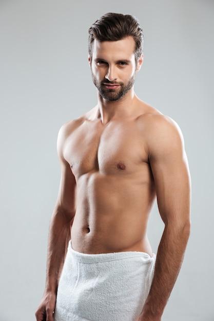 Bel giovane vestito con un asciugamano Foto Gratuite