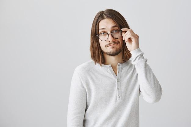 Красивый молодой человек в очках ухмыляется Бесплатные Фотографии