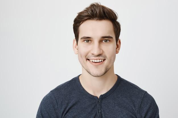 새로운 세련 된 머리와 잘 생긴 젊은 남자 무료 사진