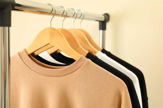 スタイリッシュなスウェットシャツのハンガー Premium写真