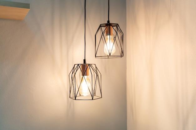 집의 벽 인테리어 디자인에 매달려 램프 프리미엄 사진