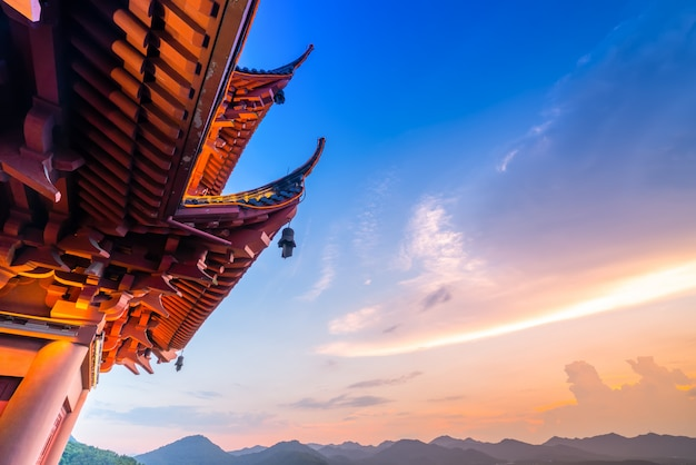Городской ночной пейзаж ханчжоу и древний павильон Premium Фотографии