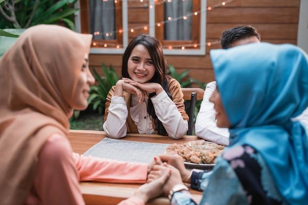 Счастье дружбы, когда наслаждаешься едой ифтара вместе Premium Фотографии