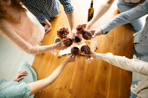 Felicità. persone che tintinnano bicchieri di vino o champagne. Foto Gratuite