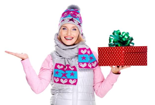 다른 손에 선물 및 복사 공간을 가진 행복 한 성인 여자는 흰색에 고립 제기 무료 사진
