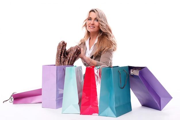 買い物袋を持つ幸せな高齢女性 無料写真