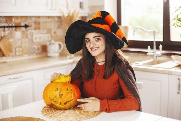 ハロウィーンの衣装を着た幸せで美しい少女 Premium写真
