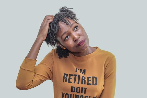不思議と見上げる姉妹ロックと幸せと若いアフリカ人女性 Premium写真