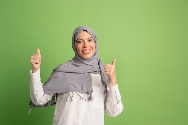Счастливая арабская женщина в хиджабе Бесплатные Фотографии