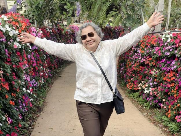 Счастливое азиатское счастье деда и бабушки на внешнем Premium Фотографии