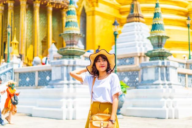タイの寺院を訪問して幸せなアジアの女性 Premium写真