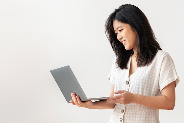가정에서 일하는 행복 한 아시아 여자 무료 사진