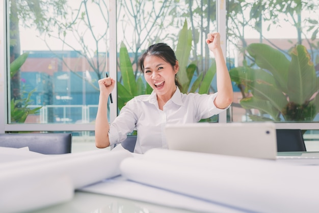 Happy asian woman working in office | Premium Photo