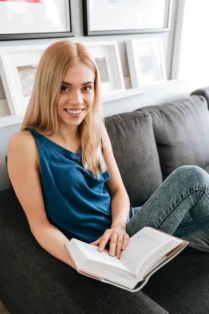 家で本を読んで幸せな魅力的な若いwomna 無料写真