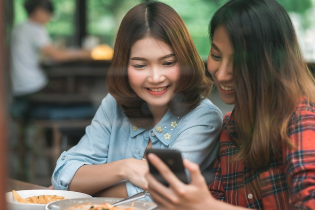 Happy beautiful asian friends women blogger using smartphone photo and making food vlog video Free Photo