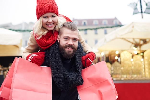 大きな買い物で幸せ 無料写真