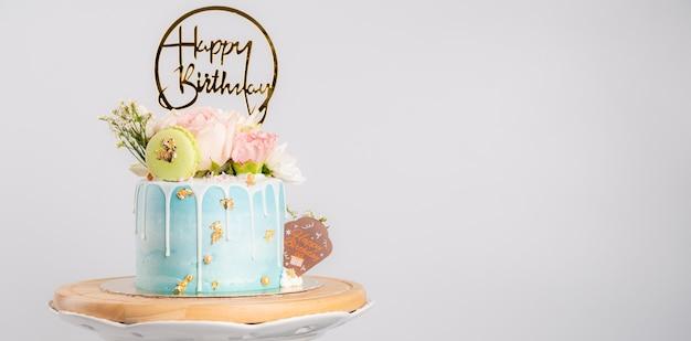 Hình ảnh bánh sinh nhật với bánh hạnh nhân và hoa trên giá đỡ