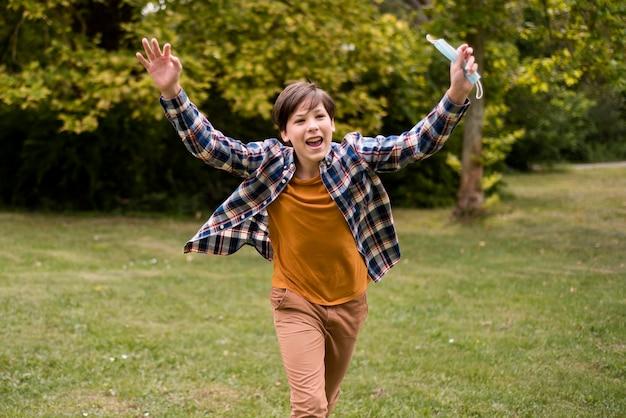 Счастливый мальчик на открытом воздухе Бесплатные Фотографии