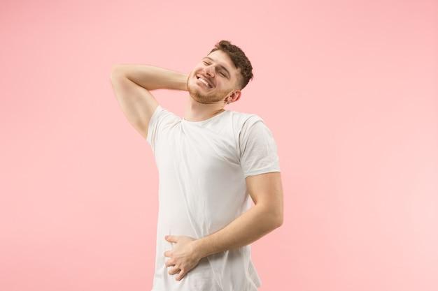 Счастливый деловой человек, стоящий, улыбаясь, изолированные на модном розовом фоне студии. красивый мужской поясной портрет. Бесплатные Фотографии