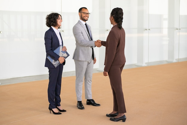 Happy business partners greeting each other Free Photo