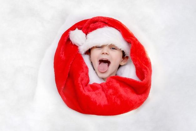サンタの帽子のハッピーcヒルド Premium写真