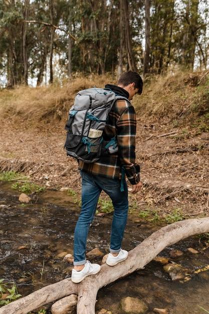 Счастливый кемпинг человек в лесу сзади выстрел Premium Фотографии