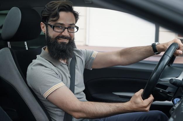 シートベルトを装着した幸せな車の運転手 無料写真
