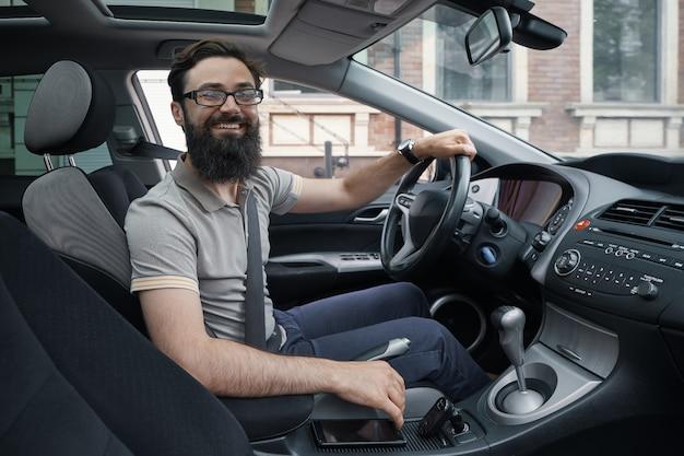 Felice automobilista con cintura di sicurezza allacciata Foto Gratuite