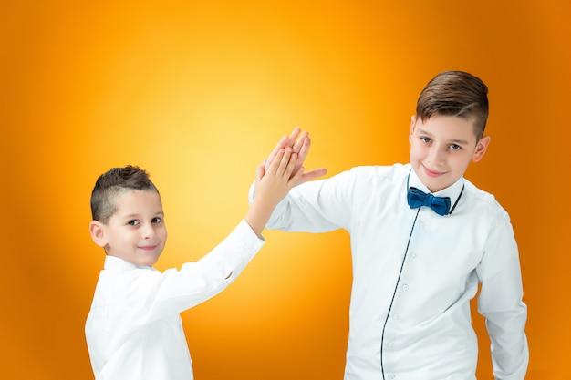 手のひらで勝利を祝う幸せな子供たち 無料写真