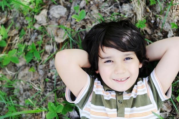 子供時代を楽しむ幸せな子供たち Premium写真