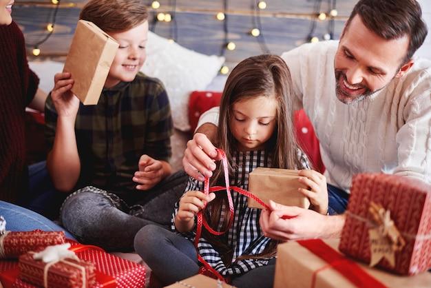 부모와 함께 크리스마스 선물을 열어 행복한 아이들 무료 사진