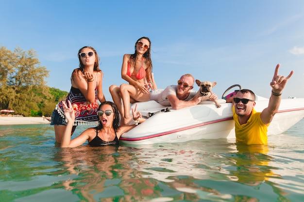 Счастливая компания друзей на летних тропических каникулах в таиланде, путешествующих на лодке в море, вечеринки на пляже, людей, веселых вместе, мужчин и женщин, положительных эмоций Бесплатные Фотографии