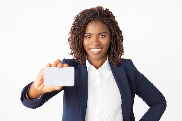 Счастливый уверенный женский банкир, реклама кредитной карты Бесплатные Фотографии