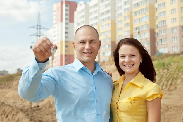 Счастливая пара против строительства нового дома Бесплатные Фотографии