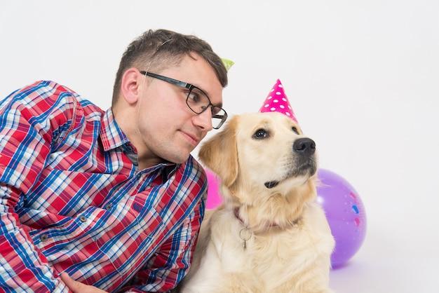 Счастливая пара и их собака празднуют один год рождения Premium Фотографии