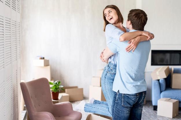 Счастливая пара дома обнялась в день отъезда Premium Фотографии