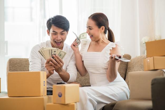 Счастливая пара в домашнем офисе с онлайн-бизнесом, маркетинг онлайн и внештатная работа Бесплатные Фотографии