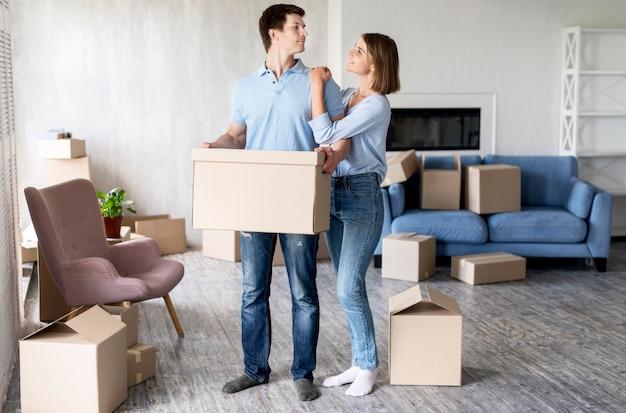 Счастливая пара дома в день переезда Бесплатные Фотографии