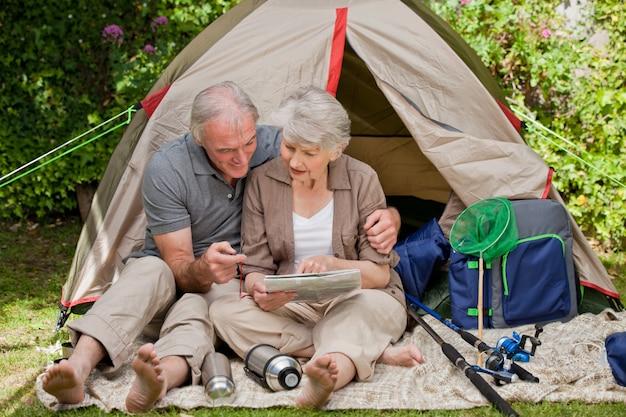 Happy couple camping in the garden Premium Photo