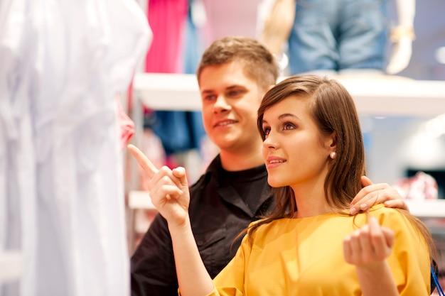 買い物をしている幸せなカップル 無料写真