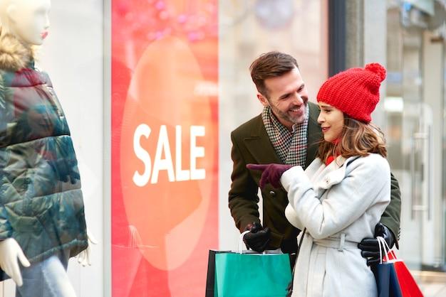윈도우 쇼핑하는 동안 행복 한 커플 무료 사진