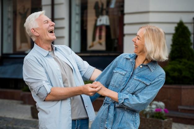 Счастливая пара, наслаждаясь временем на открытом воздухе в городе Бесплатные Фотографии